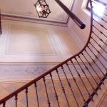 Scala decorata con pannelli, fregio ornamentale  e finte piastrelle