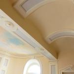 Hall decorata con pannellature a trompel'oeil e cielo dipinto